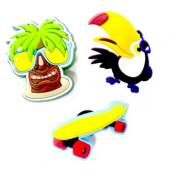 Украшение для обуви Crocs Тропики (пальма, какаду, скейтборд)Одежда<br>Для придания обуви Crocs неповторимого стиля и выражения интересов их хозяина производитель предлагает всевозможные украшения - джибитцы. Использовать их просто - Вы выбираете джибитц на свой вкус и вставляете его в специальное отверстие в обуви Crocs. В зависимости от модели отверстия могут располагаться в области носа обуви (классические модели - cayman, crocband), на ремешке (модели с героями мультфильмов) или по бокам (на резиновых сапожках).<br> Как вставить джибитц: просуньте палец в выбранное отверстие изнутри, тем самым слегка увеличив его в размере, вставьте джибитц. Если вы хотите вытащить джибитц вытолкните его пальцем изнутри (не тяните за него снаружи).  <br> Croslite (крослайт) - Полимер<br>; Размеры в наличии: б/р.<br>