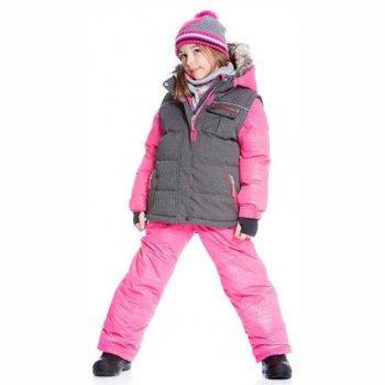 Комплект (серый с розовым)Комбинезоны<br>Описание: <br>Оригинальный зимний комплект для девочек. Куртка с имитацией жилетки и контрастными рукавами и брюки-полукомбинезон на лямках. Детали, имитирующие жилетку, выполнены из более плотного материала, капюшон, рукава и брюки – из мягкой ткани с нежным отливом. Большой удобный капюшон на кнопках украшен опушкой из искусственного меха, которая защищает лицо в мороз и сильный ветер. Опушка также отстегивается. Подкладка куртки и капюшона сделана из мягкого флиса для дополнительного тепла и комфорта. Удлиненные внутренние манжеты рукавов с отверстием для большого пальца хорошо облегают запястья и защищают руки от холода. Боковые карманы на молниях и нагрудный кармашек на кнопках позволяет разместить все необходимое. На спинке большая нарядная вышивка в этническом стиле, элементы которой повторяются в отделке куртки и полукомбинезона. Брюки-полукомбинезон с высокой спинкой, которая защищает от продувания. Лямки регулируются по длине, а низ штанин можно подвернуть и закрепить с помощью кнопок, так что комплект всегда будет сидеть по фигуре на растущем ребенке, и носить его можно будет дольше.<br>В области попы расположен дополнительный слой утеплителя, чтобы ребенок не замерз сидя в снегу. Задняя часть и колени усилены вставками из ткани Cordura®, поэтому даже самые активные игры не отразятся на внешнем виде брюк. Внутренние гетры защищают ноги от попадания снега и влаги. В комплект входят аксессуары с нарядной вышивкой – шарф и манишка (шарф-труба), которые удачно дополняют образ.<br>Функциональные элементы: Куртка: капюшон отстегивается с помощью молнии, мех отстегивается, защитная планка молнии на кнопках и на липучке, защита подбородка от защемления, карманы на молнии, манжеты на резинке и на липучке, эластичные манжеты, снежная юбка, светоотражающие элементы. Брюки: регулируемые съемные лямки, пояс регулируется с помощью утяжки с фиксатором, карманы на молнии, подол штанин фиксируется с помощью кнопок, снежные гетры, в