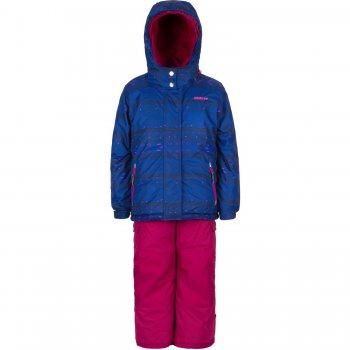 Комплект Gusti Boutique (синий с орнаментом)Комбинезоны<br>Материал<br>Верх: 100% полиэстер<br>Утеплитель:  куртка - 283 грамма, капюшон - 113 грамм, брюки - 170 грамм<br>Подкладка: polar флис (100% полиэстер)<br>Водонепроницаемость: 5000 мм<br>Паропроводимость: 5000 г/м2/24 часа<br>Износостойкость: нет данных<br>Описание<br>Очень теплый зимний комплект для девочек. Верхняя «дышащая» мембранная ткань не пропускает снег и влагу и обработана грязеотталкивающей пропиткой. Современный синтетический утеплитель сохраняет ребенка в тепле даже в сильные морозы. Подкладка в куртке и внутренней поверхности капюшона сделаны из мягкого флиса для дополнительной защиты от холода. Воротник-стойка хорошо закрывает шею, защитная планка молнии с защитой подбородка от защемления. Капюшон с регулировкой по объему крепится на молнии и спереди застегивается на кнопки. Благодаря внутренней эластичной тесьме хорошо держится на голове и не продувается. Внутренняя снежная юбка в куртке для максимальной теплоизоляции ребенка. Манжеты рукавов регулируются липучками, внутри – удлиненные эластичные манжеты с отверстием для большого пальца. Полукомбинезон с эластичными лямками и утяжкой на талии отлично регулируется по фигуре. В размерах до 6 лет включительно несъемная верхняя часть, а удлиненный крой грудки и спинки создает дополнительный слой утепления под курткой, что особенно актуально для маленьких детей. В размерах начиная с 7 лет – только высокая спинка, которую можно отстегнуть вместе с лямками. Задняя часть брюк, колени и нижний край штанин усилены особо прочной тканью Cordura Oxford, что делает эти брюки исключительно стойкими к истиранию. Снежные гетры надеваются поверх обуви, защищая ноги от влаги. Брюки можно подвернуть и зафиксировать на липучках, такая регулировка по длине позволяет приобрести  комплект немного на вырост и носить дольше стандартных моделей.<br>Функциональные элементы: Куртка: капюшон отстегивается с помощью молнии, регулируется по  объему, защитная планка молнии на