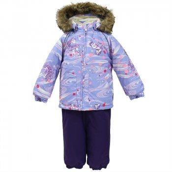 Комплект AVERY (сиреневый с принтом)Комбинезоны<br>Описание: <br>Яркий и веселый зимний комплект для малышей от 1 до 4 лет. Легкая, но очень теплая куртка из мягкой мембраны не содержит лишних деталей.  В моделе 300 грамм утеплителя, а значит, вы можете быть уверены, что ваш малыш не замерзнет на прогулке в морозную погоду, даже если будет двигаться не слишком активно. Благодаря простым манжетам на резинке и удобной молнии куртку легко надевать и застегивать. Капюшон с меховой опушкой сделан в форме забавного колпачка и при желании отстегивается. Практичный однотонный полукомбинезон темного цвета выполнен из более прочной мембраны и скроен без внутренних швов,  для лучшей защиты от истирания и попадания влаги. Задний шов проклеен, также для дополнительной защиты от влаги. Манжеты по низу брюк и тканевые штрипки на ботинки надежно фиксируют брюки и защищают от попадания снега. Светоотражающие элементы делают вашего ребенка более заметным на улице, даже в условиях плохой видимости и в темное время суток.<br>Функциональные элементы: Куртка: капюшон отстегивается с помощью кнопок, мех не отстегивается, защита подбородка от защемления, карманы без застежек, манжеты на резинке, светоотражающие элементы. Брюки: регулируемые лямки, подол штанин на резинке, трикотажные съемные штрипки, светоотражающие элементы.<br>Характеристики: <br>Верх: 100% полиэстер.<br>Утеплитель:  куртка: 300 грамм, брюки: 160 грамм (100% полиэстер).<br>Подкладка: 100% хлопок.<br>Водонепроницаемость: 10000 мм.<br>Паропроводимость: 10000 г/м2/24ч.<br>Износостойкость: нет данных.<br>Производитель: HUPPA (Эстония).<br>Страна производства: Эстония.<br>Коллекция: Осень-Зима 2017.<br>Температурный режим: <br>от -5  до -30 градусов.<br>; Размеры в наличии: 80, 86, 92, 98, 104.<br>