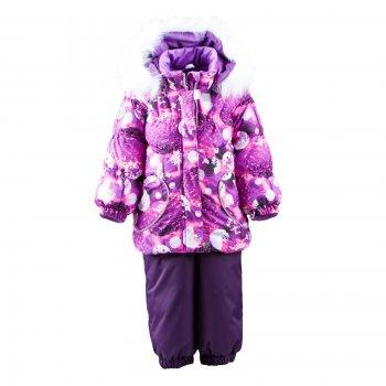 Kомплект MIMI (фиолетовый с принтом)Комбинезоны<br>Описание<br>Яркий зимний комплект из куртки и полукомбинезона для самых маленьких принцесс. Даже самой суровой зимой в этом комплекте будет тепло и комфортно.<br>Полукомбинезон сделан из особо прочной мембранной ткани, низ брючек на резинке, и благодаря силиконовым штрипкам они не будут задираться при движении. Теплая и легкая куртка имеет утяжку по низу, а молния защищена планкой на кнопке и липучке. Капюшон украшен меховой опушкой. Для безопасности вашего ребенка он легко и быстро отстегивается. Внутренний слой капюшона и воротник сделаны из мягкой ткани. Стильный дизайн подчеркивают оригинальные кармашки в форме сердечек. Ваша малышка будет самой нарядной на зимней прогулке!<br>Функциональные элементы: Куртка: капюшон отстегивается с помощью кнопок, мех не отстегивается, защитная планка молнии на кнопке и липучке, защита подбородка от защемления, карманы без застежек, манжеты на резинке, светоотражающие элементы. Брюки: регулируемые лямки, пояс на резинке, подол штанин на резинке, съемные силиконовые штрипки, светоотражающие элементы. <br>Характеристики:<br>Верх: 100% полиэстер<br>Подкладка: 80% вискоза, 20% полиэстер<br>Утеплитель: куртка 330 грамм, брюки 180 грамм (100% полиэстер Kerryfill)<br>Водонепроницаемость: куртка 5000 мм, брюки 10000 мм<br>Паропроводимость: куртка 5000 г/м2/24 часа, брюки 10000 г/м2/24 часа<br>Производитель: Kerry (Финляндия)<br>Страна производства: Евросоюз (основная часть коллекции производится в Эстонии)<br>Коллекция: Осень/Зима 2017-2018<br>Модель производится в размерах: 74-98 (коллекция для малышей до 3-х лет)<br>Температурный режим<br>От -5 до -25 градусов; Размеры в наличии: 80, 86, 92, 98.<br>