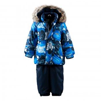 Kомплект ROBERT (синий с принтом)Комбинезоны<br>Описание<br>Стильный зимний комплект из куртки и полукомбинезона для будущих исследователей космоса. Сделан из мембранной ткани, которая не пропускает дождь и мокрый снег, а также отлично дышит, сохраняя оптимальную температуру тела во время физической активности вашего малыша. Легкий и очень теплый наполнитель Kerry Fill превосходит по своим свойствам пух, и при этом он гораздо более практичный и простой в уходе, что несомненно порадует мам.<br>Куртка с ярким космическим принтом сконструирована для максимального комфорта ребенка в зимний период. Рукава с манжетами на резинках для удобства надевания, планка на молнии и утяжка по низу куртки защищают от холода и снега. Капюшон легко отстегивается, что важно для безопасности малыша, а также позволяет «облегчать» конструкцию куртки в зависимости от погоды. Полукомбинезон сделан из особо прочной ткани, поэтому выдержит даже самые активные игры и прогулки. Резинка по низу, а также съемные силиконовые штрипки надежно фиксируют брючки, не давая снегу забиваться внутрь.<br>Функциональные элементы: Куртка: капюшон отстегивается с помощью кнопок, мех не отстегивается, защитная планка молнии на кнопках, защита подбородка от защемления меховая спинка, карманы без застежек, манжеты на резинке, светоотражающие элементы. Брюки: регулируемые лямки, пояс на резинке, подол штанин на резинке, съемные силиконовые штрипки, светоотражающие элементы. <br>Характеристики: <br>Верх: 100% полиэстер<br>Подкладка: 80% вискоза, 20% полиэстер<br>Утеплитель: куртка 330 грамм, брюки 180 грамм (100% полиэстер Kerryfill)<br>Водонепроницаемость: куртка 5000 мм, брюки 10000 мм<br>Паропроводимость: куртка 5000 г/м2/24 часа, брюки 10000 г/м2/24 часа<br>Производитель: Kerry (Финляндия)<br>Страна производства: Евросоюз (основная часть коллекции производится в Эстонии)<br>Коллекция: Осень/Зима 2017-2018<br>Модель производится в размерах: 74-98 (коллекция для малышей до 3-х лет)<br>Температурный режим<br>От -5 