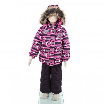 Kомплект ROBINA (фиолетовый с цветами)Комбинезоны<br>Описание<br>Яркий зимний комплект для девочек. Куртка и полукомбинезон из дышащей и непромокаемой мембранной ткани утеплены фирменным наполнителем Kerry Fill, который греет лучше пуха, и при этом значительно проще в уходе. Благодаря свойствам мембраны и утеплителя ребенку будет тепло и сухо даже в сильные морозы, а во время физической активности он не перегреется. Яркая куртка с цветочным принтом имеет приталенный силуэт. Утяжка по низу создает дополнительную защиту от холода и ветра. Капюшон дополнен нарядной меховой опушкой и полностью безопасен во время игр, т.к. легко отстегивается. Внутренняя поверхность и воротник отделаны мягкой тканью для тепла и комфорта, на воротнике есть мягкая защита подбородка от молнии. Износостойкий полукомбинезон выполнен из особо прочной мембранной ткани. Благодаря резинке на поясе и регулируемым лямкам он садится точно по фигуре. Свободный крой не стесняет движений во время любых видов активности. А гетры и силиконовые штрипки защищают от попадания снега.<br>Светоотражатели на куртке и полукомбинезоне для безопасности ребенка на дороге и в темное время суток.<br>Функциональные элементы: Куртка: капюшон отстегивается с помощью кнопок, мех не отстегивается, защитная планка молнии на кнопках, защита подбородка от защемления, карманы на молнии, манжеты на резинке, утяжка по подолу, светоотражающие элементы. Брюки: регулируемые лямки, пояс на резинке, снежные гетры, съемные силиконовые штрипки, светоотражающие элементы.<br>Характеристики<br>Верх: 100% полиэстер<br>Подкладка: 80% вискоза, 20% полиэстер<br>Утеплитель: куртка 330 грамм, брюки 150 грамм (100% полиэстер Kerryfill)<br>Водонепроницаемость: куртка 5000 мм, брюки 10000 мм<br>Паропроводимость: куртка 5000 г/м2/24 часа, брюки 10000 г/м2/24 часа<br>Производитель: Kerry (Финляндия)<br>Страна производства: Евросоюз (основная часть коллекции производится в Эстонии)<br>Коллекция: Осень/Зима 2017-2018<br>Модель производится в размерах