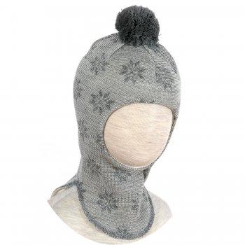 Шлем (серый со снежинками и помпоном)Одежда<br>Описание<br>Шлемы Киват очень теплые и подойдут на самые лютые морозы. Специальные вставки с утеплителем в области ушек и лба. Отличная посадка по голове и оригинальный дизайн. Светоотражающие вставки для безопасности. <br>Характеристики:<br>Верх: 100% шерсть<br>Подкладка: 100% хлопок<br>Производитель: Kivat, Финляндия<br>Коллекция Осень/Зима 2017<br>Модель производится в размерах 0-3<br>Страна производства: Финляндия<br>Температурный режим<br>От 0 до -20 градусов; Размеры в наличии: 0, 1, 2, 3.<br>