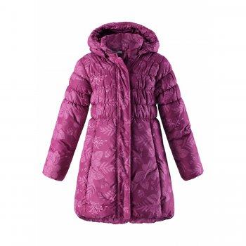 Пальто (розовый)Куртки<br>Описание<br>Нарядное зимнее пальто для девочек. Оригинальный дизайн с частичной простежкой в верхней части. Благодаря внутреннему эластичному поясу модель хорошо сидит по фигуре. Крупная молния легко расстегивается, конструкция воротника предотвращает соприкосновение молнии с подбородком. Ветрозащитная планка по всей длине пальто защищает от продувания. Боковые карманы застегиваются на скрытые молнии. Съемный капюшон спереди собран на резинку, поэтому аккуратно смотрится и хорошо прилегает к голове. Эластичные манжеты облегают запястья для лучшей теплоизоляции. Фирменная эмблема в нижней части пальто выполнена из светоотражающего материала.<br>Функциональные элементы: капюшон отстегивается с помощью кнопок, защитная планка молнии на липучке, защита подбородка от защемления, карманы на молнии, манжеты с внутренней резинкой, светоотражающие элементы. <br>Характеристики<br>Верх: 100% полиэстер<br>Утеплитель: 200 грамм (100% полиэстер)<br>Подкладка: 100% полиэстер<br>Водонепроницаемость: 1000 мм<br>Паропроводимость: 2000 г/м2/24ч<br>Износостойкость: 15000 об.<br>Производитель: Lassie (Финляндия)<br>Страна производства: Китай<br>Коллекция: Осень/Зима 2017<br>Модель производится в размерах: 92-140<br>Температурный режим<br>От +5 до -10 градусов; Размеры в наличии: 110, 116, 122, 128, 134, 140.<br>