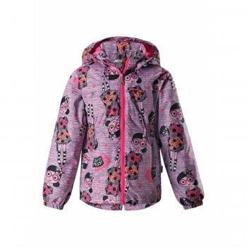 Куртка утепленная (розовый с куклами)Куртки<br>Описание<br>Утепленная куртка для девочек от 2 до 10 лет от Lassie. <br>На эту куртку невозможно не обратить внимание, ведь у нее такой необычный принт с куклами и лошадками! Но есть одна сложность - надо выбрать одну из трех красивых расцветок. <br>У куртки базовый набор функциональных элементов - это, конечно, безопасный капюшон на кнопках и светоотражающие вставки, а также утяжка на спинке и манжеты на резинках для сохранения тепла. <br>Количество утеплителя в куртке (80 грамм) вполне позволяет выходить в ней на улицу уже от 0 градусов, одевая теплую кофту (например, флисовую).<br>Функциональные элементы: капюшон отстегивается с помощью кнопок, защита подбородка от защемления, карманы без застежек, манжеты на резинке, светоотражающие элементы.<br>Характеристики<br>Верх: 100% полиэстер<br>Утеплитель: 80 грамм (100% полиэстер).<br>Подкладка: 100% полиэстер<br>Водонепроницаемость: 1000 мм<br>Паропроводимость: 2000 г/м2/24ч<br>Износостойкость: 15000 об.<br>Производитель: Lassie (Финляндия)<br>Страна производства: Китай<br>Модель производится в размерах: 92-140<br>Коллекция: Весна-Лето 2018<br>Температурный режим<br>От 0 градусов и выше.; Размеры в наличии: 92, 98, 104, 110, 116, 122, 128, 134, 140.<br>