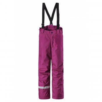 Брюки (розовый)Полукомбинезоны, штаны<br>Описание<br>Брюки с утеплителем. Множество расцветок для мальчиков и девочек. Внешняя ткань обработана грязеотталкивающей пропиткой, которая помогает дольше сохранить ее внешний вид и свойства. Эластичные лямки можно отрегулировать точно по росту, а при необходимости отстегнуть. Высокий утепленный пояс с внутренней регулировкой по объему повышает теплоизоляцию. Анатомический крой коленей для свободы движений. Внутренние снежные гетры с эластичными манжетами закрывают верх обуви, защищая от попадания снега и влаги. Широкие светоотражатели повышают безопасность ребенка на прогулке в темное время суток и при любых погодных условиях. <br>Функциональные элементы: регулируемые лямки, отстегивающиеся лямки, пояс на резинке, снежные гетры. <br>Характеристики<br>Верх: 100% полиэстер<br>Утеплитель: 100 грамм (100% полиэстер)<br>Подкладка: 100% полиэстер<br>Водонепроницаемость: 1000 мм<br>Паропроводимость: 1000 г/м2/24ч<br>Износостойкость: 50000 об.<br>Производитель: Lassie (Финляндия)<br>Страна производства: Китай<br>Коллекция: Осень/Зима 2017<br>Модель производится в размерах: 92-140<br>Температурный режим<br>От +5 до -10 градусов; Размеры в наличии: 98, 104, 110, 116, 122, 128, 134, 140.<br>