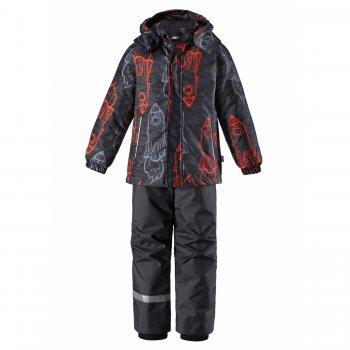 Комплект (серый с ракетами)Комбинезоны<br>Описание<br>Зимний комплект для мальчиков от 2 до 10 лет. Состоит из куртки (180 грамм утеплителя) и брюк (100 грамм утеплителя). Минимальный и в то же время вполне достаточный набор функциональных элементов: съемный капюшон, эластичные манжеты и снежные гетры.  Подол куртки можно утянуть с помощью эластичного шнура (резинки), брюки c регулируемыми съемными подтяжками. Яркий принт обязательно понравятся мальчикам. Одежда Lassie из года в год становятся лидером продаж благодаря удачному сочетанию цены, качества и дизайна. Модель подходит на температуру от +5 до -10 градусов для спокойных и малоподвижных деток, а для активных детей и на температуру до -15-20 градусов.<br>Функциональные элементы: Куртка: капюшон отстегивается с помощью кнопок, защитная планка молнии на липучке, защита подбородка от защемления, карманы на липучке, манжеты на резинке, утяжка по подолу, светоотражающие элементы. Брюки: регулируемые лямки, отстегивающиеся лямки, пояс на резинке, снежные гетры. <br>Характеристики<br>Верх: 100% полиэстер<br>Утеплитель: куртка 180 грамм, брюки 100 грамм (100% полиэстер)<br>Подкладка: 100% полиэстер<br>Водонепроницаемость: 1000 мм<br>Паропроводимость: 1000 г/м2/24ч<br>Износостойкость: 50000 об.<br>Производитель: Lassie (Финляндия)<br>Страна производства: Китай<br>Коллекция: Осень/Зима 2017<br>Модель производится в размерах: 92-140<br>Температурный режим<br>До -20 градусов для активных детей, для среднеактивных детей оптимальная температура носки от +5 до -10 градусов. ; Размеры в наличии: 92, 98, 104, 110, 116, 122, 128, 134, 140.<br>