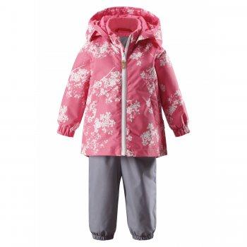 Комплект утепленный Nuotti (розовый с цветами)Комбинезоны<br>Описание<br> Весенний комплект для девочек-малышек до 3 лет в нежной цветовой гамме. <br>Куртка сзади немного удлинена, полукомбинезон с завышенной талией, что очень удобно для малышей и позволяет не переживать за ребенка во время прогулки.<br>В куртке 80 г утеплителя, в штанах 40 г. Комплект можно носить от +5 градусов до +15 градусов. А если одеть теплую поддеву, то можно смело выходить на улицу от 0 градусов. <br>Водонепроницаемость 8000 мм и этого вполне достаточно для прогулок в дождливую погоду. <br>Трикотажные штрипки, которые надежно фиксируют штанины на ботинках, и резинки на манжетах защитят от продувания.<br>Сверху молнии есть защита подбородка от защемления, чтобы случайно не задеть ею малышку.<br>Функциональные элементы: капюшон отстегивается с помощью кнопок, защита подбородка от защемления, карманы на кнопках, манжеты на резинке, светоотражающие элементы. Брюки: регулируемые лямки,трикотажные штрипки. <br>Характеристики<br>Верх: 100% полиэстер.<br>Утеплитель: куртка 80 грамм, брюки 40 грамм (утеплитель Reima Soft Loft, 100% полиэстер).<br>Подкладка: 100% полиэстер<br>Водонепроницаемость: 8000 мм<br>Паропроводимость: 7000 г/м2/24ч<br>Износостойкость: 30000 об.<br>Производитель: Reima (Финляндия)<br>Страна производства: Китай<br>Модель производится в размерах: 80-98<br>Коллекция: Весна-Лето 2018<br>Температурный режим<br>От 0 градусов и выше.; Размеры в наличии: 86, 92, 98.<br>