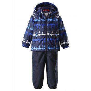 Комплект утепленный Naakeli (синий с корабликами)Комбинезоны<br>Описание: <br>Весенний комплект с корабликами для мальчиков до 3 лет. Он состоит из удлиненной сзади куртки и полукомбинезона с завышенной талией. Такой фасон позволяет оставаться малышу в тепле даже при выполнении акробатических номеров на площадке.<br>Комплект утепленный (в куртке 80 г, в штанах 40 г). Комплект можно носить от +5 градусов до +15 градусов. А если одеть теплую поддеву, то можно смело выходить на улицу от 0 градусов.<br>Достаточно высокий показатель водонепроницаемости (8000 мм) и проклеенный задний шов на полукомбинезоне обеспечат защиту от луж и дождя во время прогулок.<br>Трикотажные штрипки фиксируют штанины на ботинках, капюшон на кнопках и светоотражающие элементы защитят ребенка в опасной ситуации, а утяжка на поясе и резинки на манжетах сохранят ребенка в тепле.<br>Функциональные элементы: Куртка: капюшон отстегивается с помощью кнопок, защита подбородка от защемления, карманы без застежек, светоотражающие элементы. Брюки: регулируемые лямки, пояс на резинке, подол штанин на резинке, трикотажные съемные штрипки, светоотражающие элементы.<br>Характеристики: <br>Верх: 100% полиэстер.<br>Утеплитель: куртка 80 грамм, брюки 40 грамм (утеплитель Reima Soft Loft, 100% полиэстер).<br>Подкладка: 100% полиэстер<br>Водонепроницаемость: 8000 мм<br>Паропроводимость: 7000 г/м2/24ч<br>Износостойкость: 30000 об.<br>Производитель: Reima (Финляндия)<br>Страна производства: Китай<br>Модель производится в размерах: 80-98<br>Коллекция: Весна-Лето 2018<br>Температурный режим: <br>От 0 градусов и выше.; Размеры в наличии: 86, 92, 98.<br>