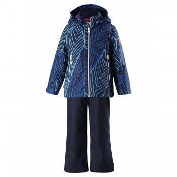 Комплект утепленный Pollari (синий с орнаментом)Комбинезоны<br>Комплект фирмы Reima для мальчиков от 3 до 10 лет состоит из утепленной куртки и брюк. Его можно носить с поддевой начиная уже с 0 градусов, ведь в куртке 80 г утеплителя, а в брюках 40 г.<br>Куртка имеет оригинальный принт в синих оттенках, брюки однотонные темно-синего цвета с фирменными красными лямками, которые легко регулируются под рост ребенка.<br>Высокий показатель водонепроницаемости 8000 мм и проклеенные швы позволяют гулять в комплекте даже под дождиком. И, конечно, оставаться сухим!<br>Возможность утяжки подола и манжеты на липучках защищают от холода, а светоотражающие элементы и капюшон на кнопках обеспечивают безопасность.<br><br><br>   капюшон отстегивается с помощью кнопок, защита подбородка от защемления, карманы на молнии, манжеты на липучке, светоотражающие элементы. Брюки: регулируемые лямки.  Верх: 100% полиэстер.<br> Утеплитель: куртка 80 грамм, брюки 40 грамм (утеплитель Reima Soft Loft, 100% полиэстер).<br> Подкладка: 100% полиэстер<br> Водонепроницаемость: 8000 мм<br> Паропроводимость: 7000 г/м2/24ч<br> Износостойкость: 30000 об.<br> Производитель: Reima (Финляндия)<br> Страна производства: Китай<br> Модель производится в размерах: 92-140<br> Коллекция: Весна-Лето 2018<br><br> Температурный режим <br> От 0 градусов и выше.; Размеры в наличии: 92, 98, 104, 110, 116, 122, 128, 134, 140.<br>