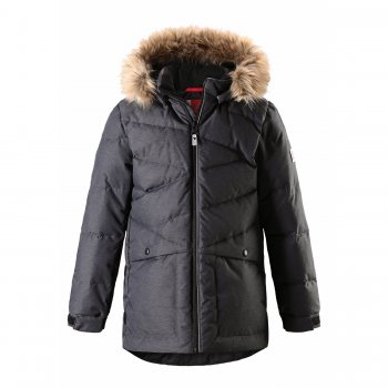 Пуховик Jussi (темно-серый)Куртки<br>Материал<br>Верх: 100% полиэстер<br>Утеплитель: 60% перо, 40% пух<br>Подкладка: 100% полиэстер<br>Водонепроницаемость: 3000 мм<br>Паропроводимость: 7000 г/м2/24ч<br>Износостойкость: 13000 об.<br>Описание<br>Теплая пуховая куртка для мальчиков. Благодаря натуральному пуху в нем будет тепло и комфортно даже в сильные морозы, верхняя ткань обладает влагоотталкивающими свойствами, а также хорошо удерживает пух внутри. Удлиненная спинка и утяжка по низу куртки для дополнительной теплоизоляции. Съемный безопасный капюшон на кнопках дополнен пушистой опушкой, которая защищает лицо от сильного мороза и при желании также легко снимается. Прострочка с необычным рисунком предотвращает миграцию пуха внутри куртки и служит оригинальным элементом дизайна. Вместительные карманы закрываются на кнопки. Светоотражающие элементы делают ребенка хорошо заметным на улице в темное время суток и при любых погодных условиях.<br>Функциональные элементы: капюшон отстегивается с помощью кнопок, мех отстегивается, защита подбородка от защемления, карманы на кнопке, манжеты на липучке, утяжка по подолу, светоотражающие элементы. <br>Производитель: Reima (Финляндия)<br>Страна производства: Китай<br>Модель производится в размерах: 104-164<br>Коллекция: Осень-Зима 2017<br>Температурный режим<br>от 0 до -20 градусов; Размеры в наличии: 104, 110, 116, 122, 128, 134, 140, 146, 152, 158, 164.<br>